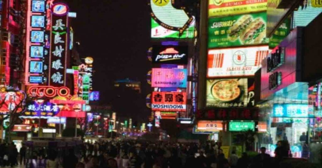 Immersive tech featuring Dynamic Window Display (Japan)